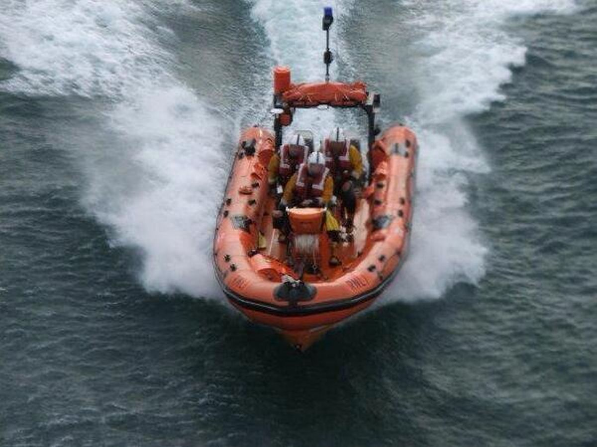 Falmouth RNLI lifeboat comes to aid of dinghy in trouble
