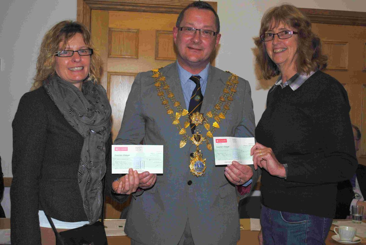 Mayor hands £2,400 to Helston art charities