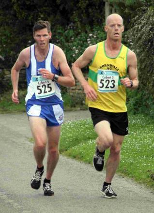 Andrew Martin (left) and Ceri Whitmore racing during the Cubert Five Mile